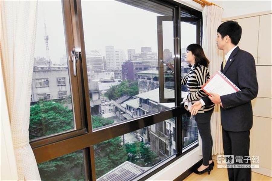 房仲業者最新調查來看,「新上架物件」以及「捷運」仍是民眾購屋首選,但是是否「具垃圾處理」、「廁所要開窗」以及「屋內有裝潢」卻逆勢成為挑選物件的標準之一。(中時資料照)