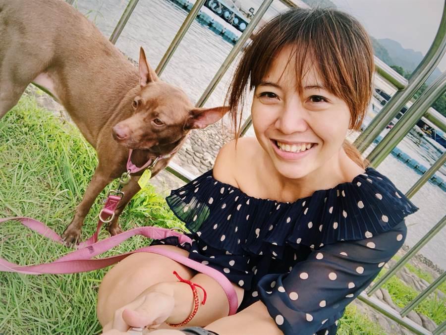 何秋美從小相當愛狗,去年9月開始收養2隻流浪狗陪伴兒子一起成長。(葉書宏翻攝)