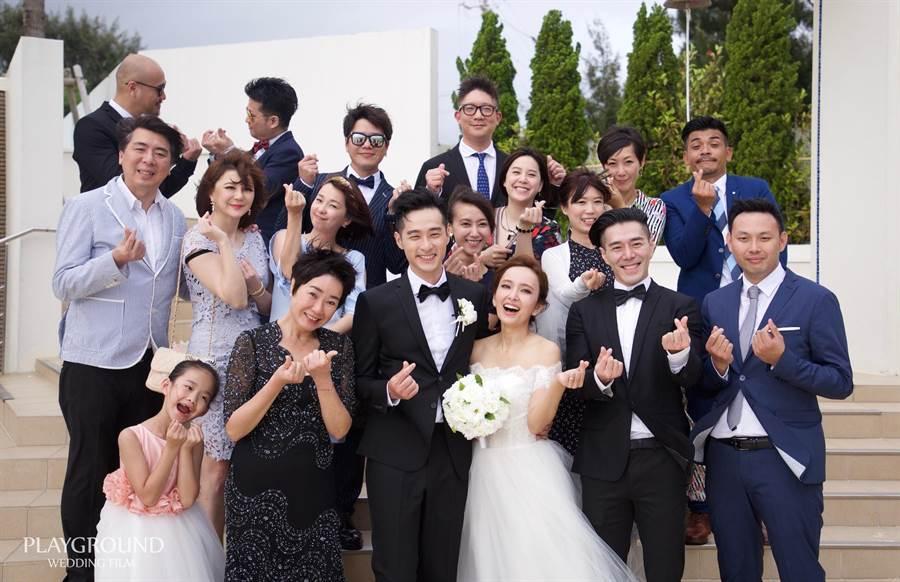 愛紗、周洺甫2016年在沖繩辦婚禮,當時六月(第二排左3)、李易(第三排左3)、黃小柔(左5)都前往參加,昨3人也巧合參與了離婚過程。(資料照)