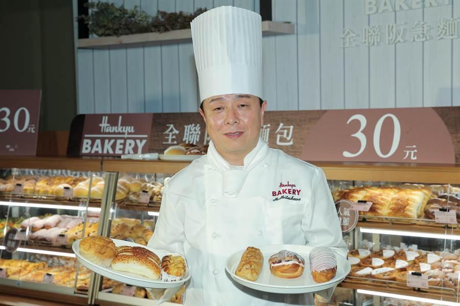 日本麵包主廚手持全聯熱銷的丹麥菠蘿(左起)、帕瑪森起司燒、明太子乳酪麵包,與2月新推出的辣味起司麵包、莓果甜心麵包、草莓閃電泡芙,每款皆30元。(盧禕祺攝)