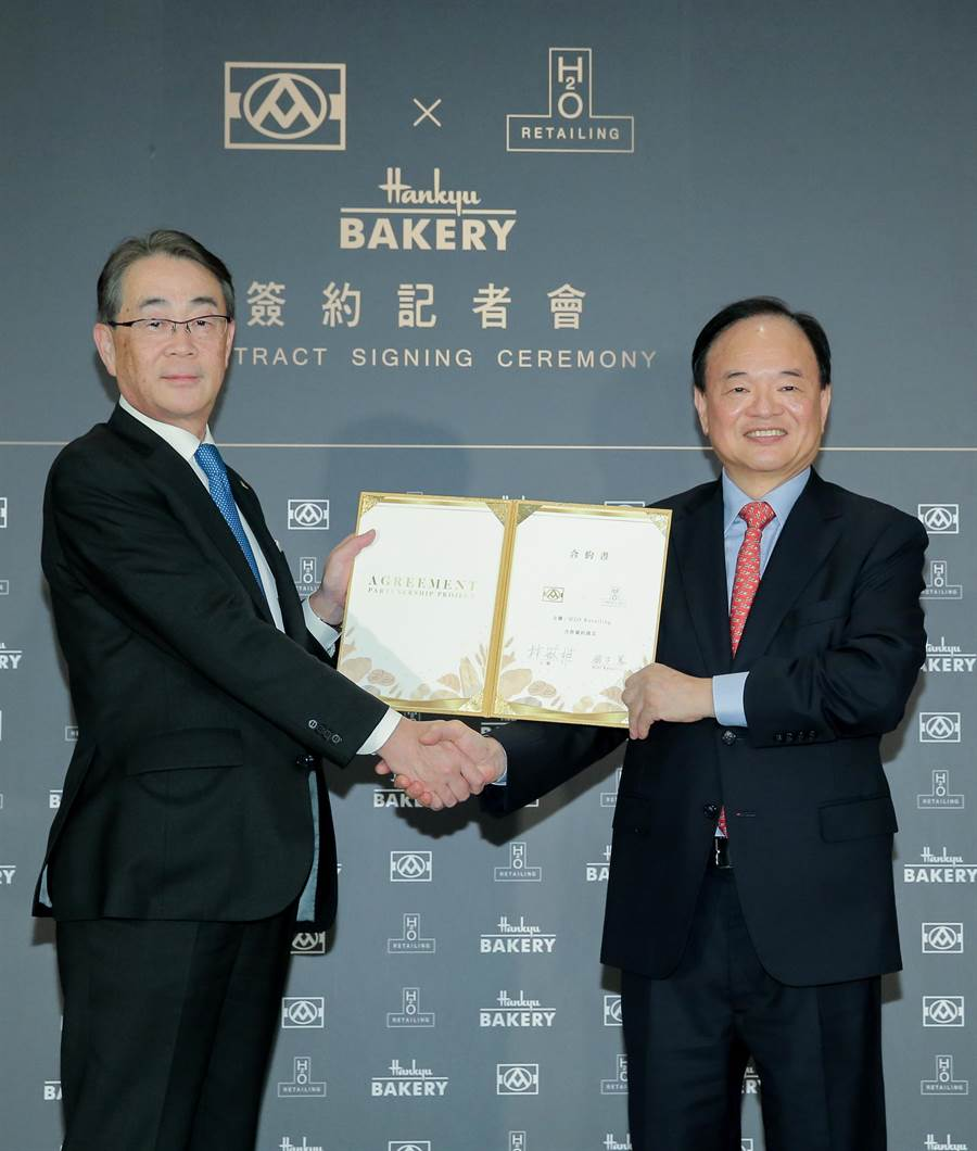 全聯董事長林敏雄(右)與H2ORETAILING株式會社社長鈴木篤(左)簽約合作,共同拓展烘焙市場版圖。(盧禕祺攝)