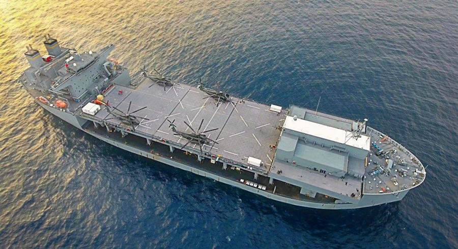 英國打算師法美國,用民用船改裝成兩棲基地船,不過美國改裝的是半潛艦,而英國是用商用油輪。(圖/美國海軍)