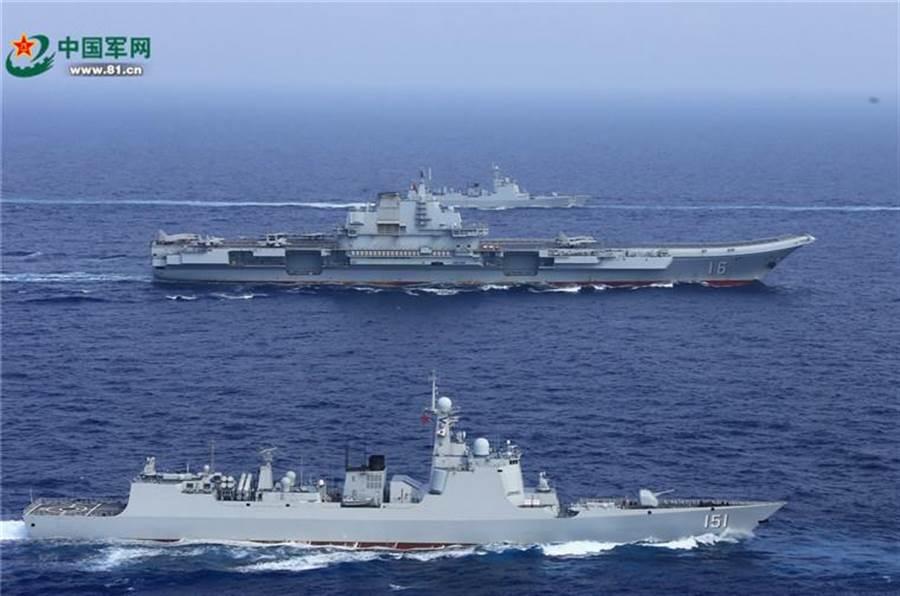 中共航母編隊中可能會配備5艘作戰艦艇,全部的導彈發射器將高達300個以上。圖為遼寧號航母編隊。(圖/中國軍網)