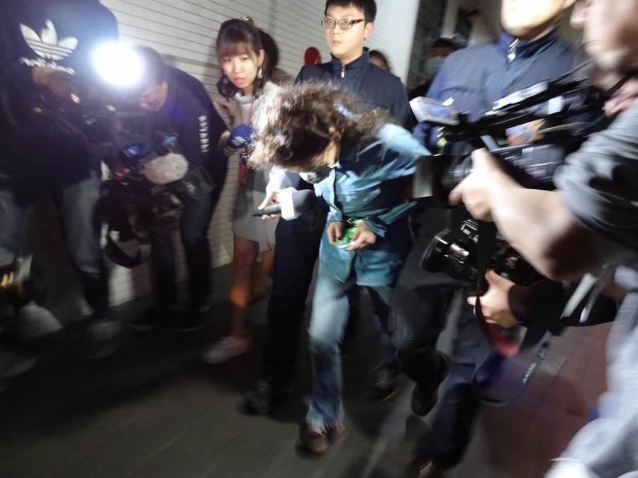 袁姓母親帶著兒子涉嫌設局黑吃黑被捕。〔謝明俊攝〕