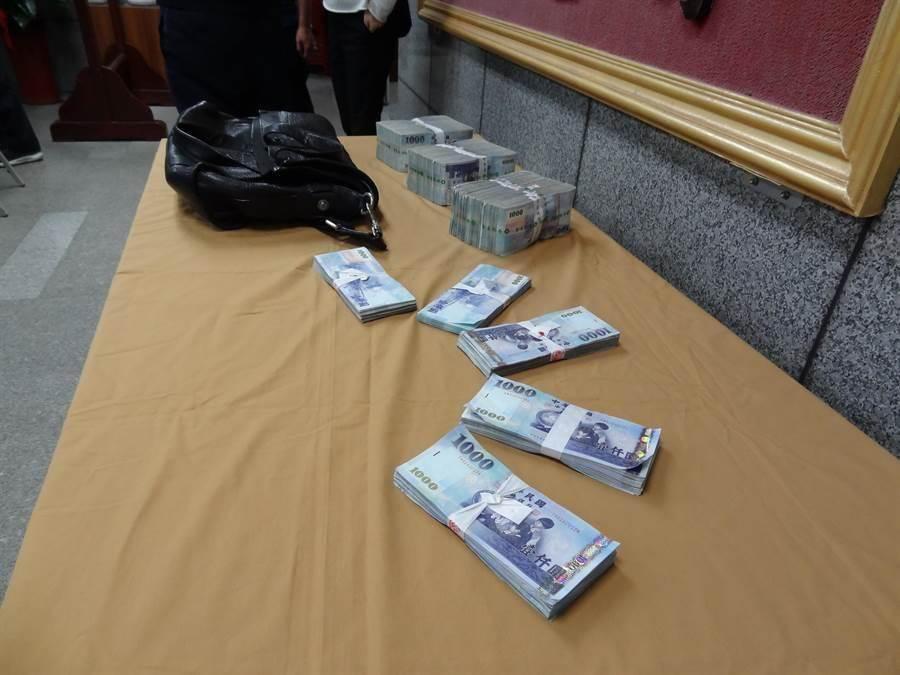 警方追回全部350萬元贓款。〔謝明俊攝〕