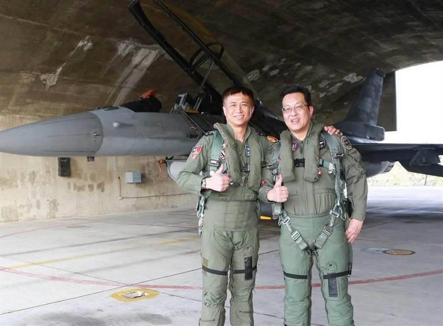 空軍軍醫組組長江國超上校成為空軍第一位完成9G飛行課目的航空醫官。圖軍聞社提供