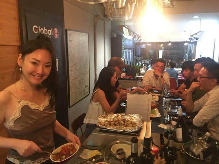 王俐人投資酒窖副業經營,日前辦品酒會與客人交流。(圖片提供:王俐人)
