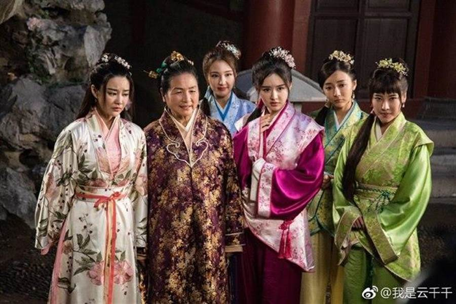 雲千千在《唐伯虎點秋香2019》飾演「東香(右三)」。(圖/翻攝自微博)