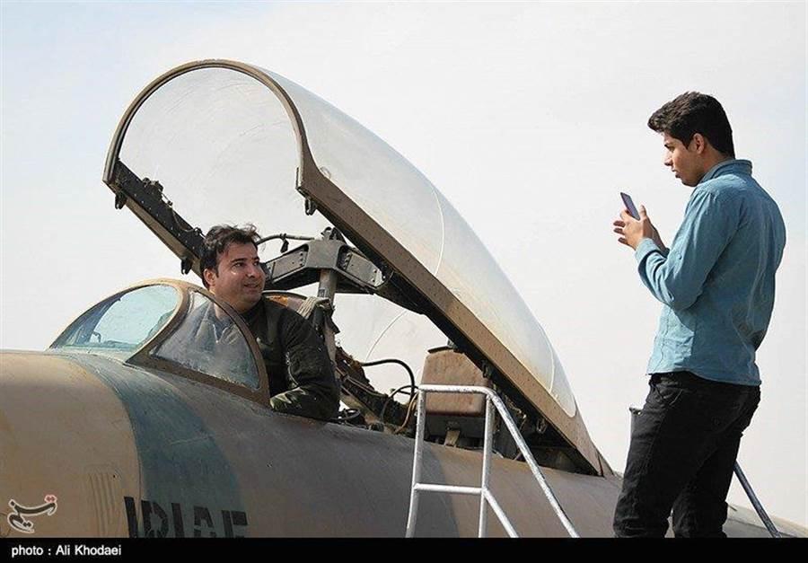 伊朗舉行的TFB航空展上允許參觀者進入飛機座艙進行體驗。(圖/推特@BabakTaghvaee)