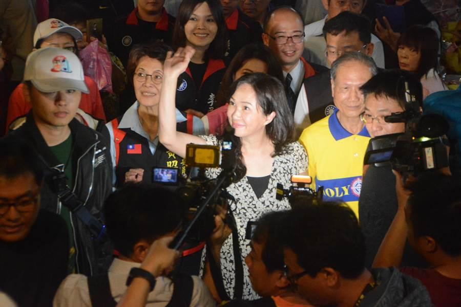韓國瑜妻子李佳芬12日晚間到左營靈霄寶殿天公廟參加祭天大典,受到廟方及信徒熱烈歡迎。(林宏聰攝)