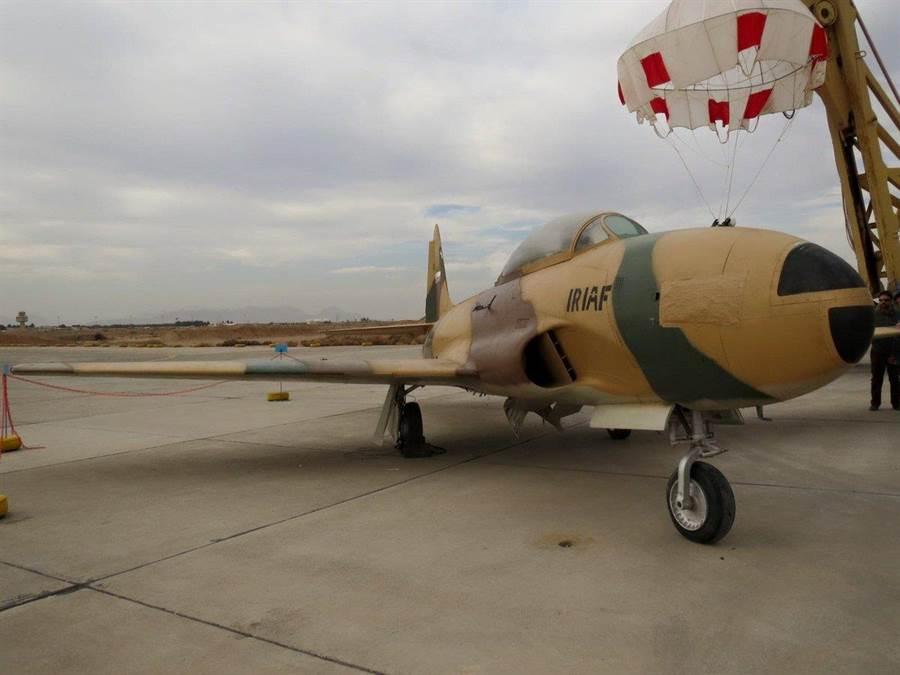 伊朗曾於上世紀50、60年代向美國購買大量T-33教練機,目前這些戰機已過於老舊而除役,部份供展示參觀用。(圖/推特@BabakTaghvaee)