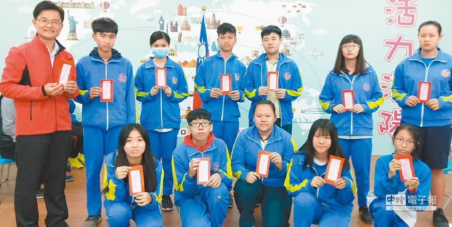 彰化縣溪陽國中11日開學,校長黃森明(左)送給每位學生「開運」小紅包。(鐘武達攝)