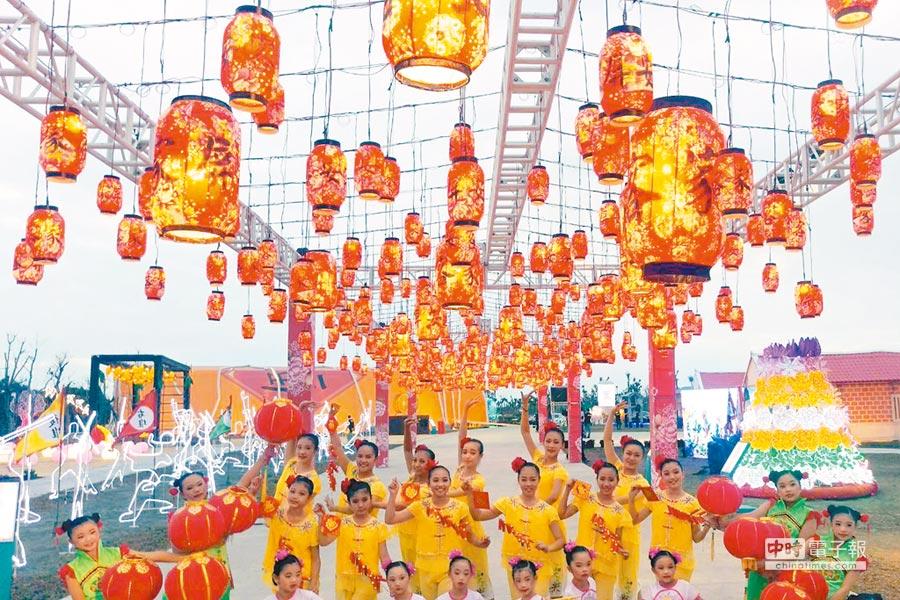 台灣燈會在屏東大鵬灣主燈區設置「靚靚六堆」客家燈區,各類花燈充滿濃濃客家風情。(潘建志攝)