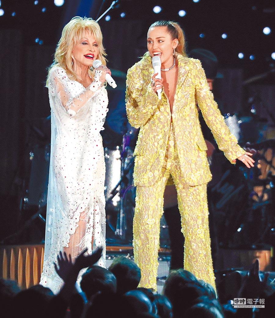 桃莉巴頓(左)與麥莉希拉一起飆唱老歌,掀起懷舊情懷。(美聯社)