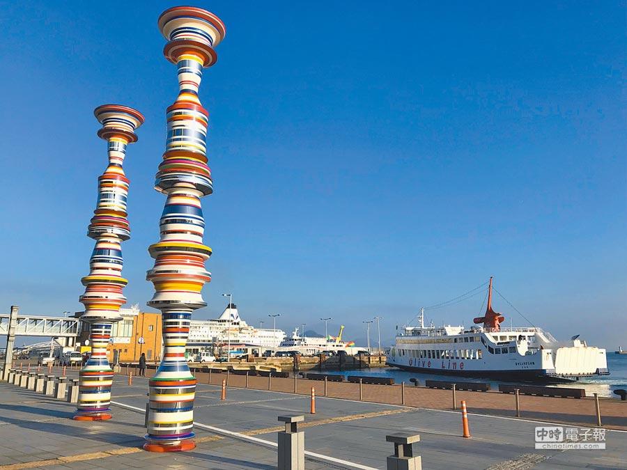瀨戶內藝術季作品矗立在高松港港邊,醒目搶眼。(劉育良攝)