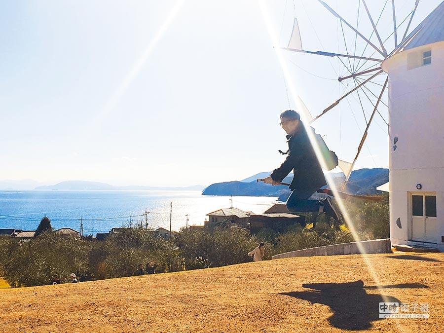 在小豆島橄欖公園,可以體會「魔女騎掃帚」的趣味。(劉育良提供)