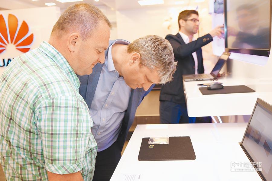 美國抵制華為之舉在東歐遭遇挑戰。圖為兩位保加利亞業內人士在觀看華為自主研發生產的晶片。(新華社)
