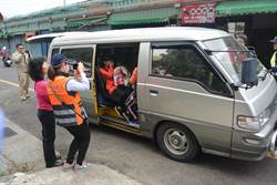 玩命!補習班8人座車硬塞15童 當場被攔檢