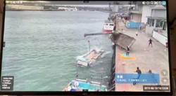影》驚險!吊車翻覆險壓人 司機跳海逃生
