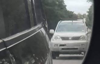 誇張!惡質飼主 行車中將臘腸狗丟出車外狠摔