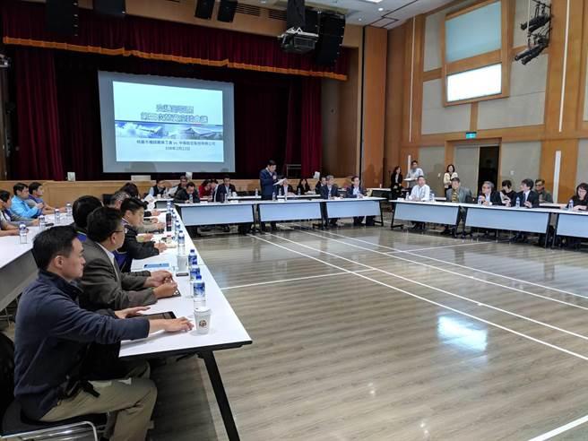 華航勞資爭議第三次協商啟動,交通部長林佳龍表示,罷工不解決,造成民眾信任危機。(圖/本報記者)