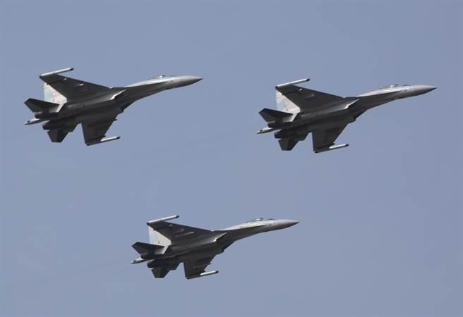 解放軍空軍蘇-35戰機2018年2月7日飛赴南海戰鬥巡航的畫面。(新華社)