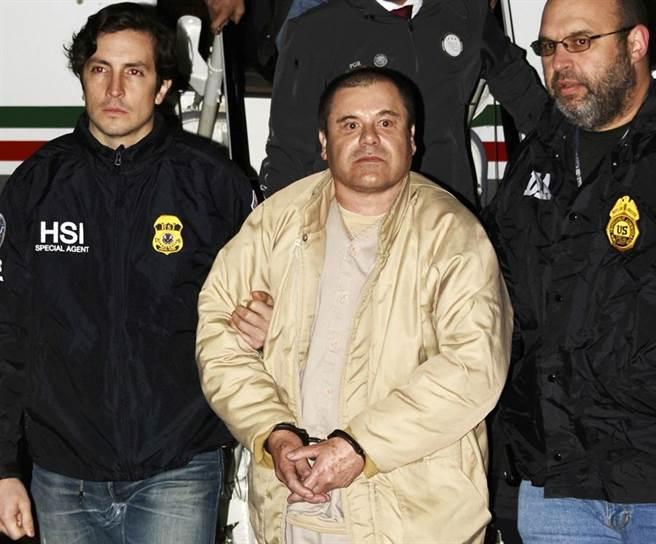 全球最大毒梟「矮子」古茲曼12日被紐約陪審團判決10大罪名成立,將在牢裡度過餘生、不得假釋。(圖/美聯社)