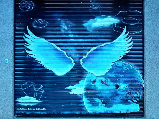 花蓮黎明教養院「銀河之翼」,畫有點心,為鐵捲門後的烘焙教室畫出亮點。(范振和攝)