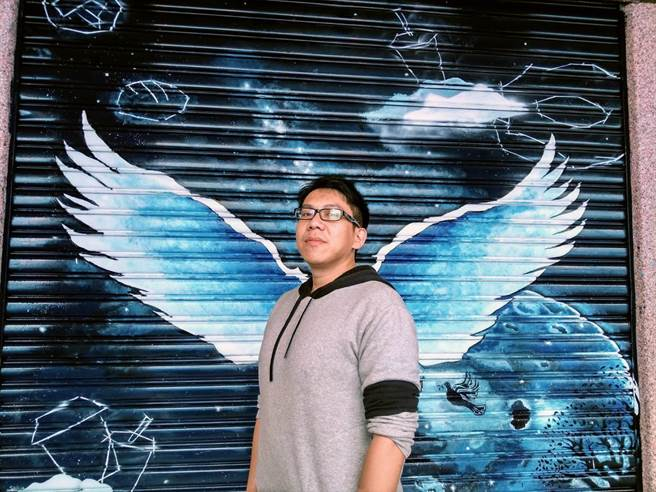 花蓮黎明教養院美編溫立德認為,學生志工畫的「銀河之翼」技法純熟,令人驚艷。(范振和攝)