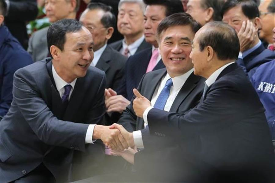 前新北市長朱立倫(左)與前立法院長王金平(右)互相拜年。(資料照,黃世麒攝)