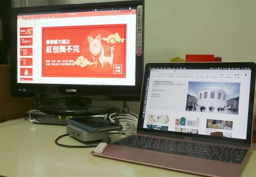 Moshi Symbus Q多功能擴充底座實際上外接螢幕並同時為筆電、手機充電的狀態。(圖/黃慧雯攝)