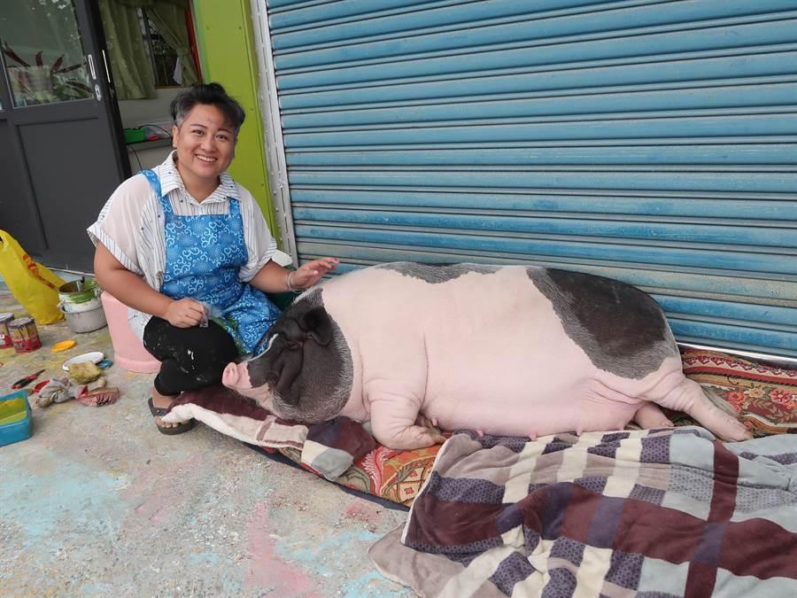倍受吳家人寵愛「吳肉圓」日夜都有爸媽的陪伴,媽媽邱漢珍還為了她開店陪伴她。(張祈攝)