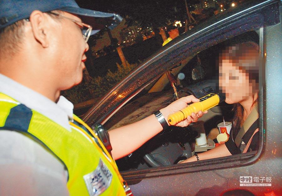 為了杜絕酒駕歪風,警方擴大臨檢,對駕駛施行酒測。(本報資料照片)