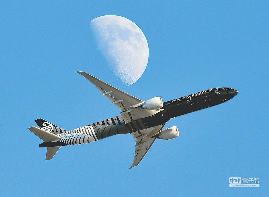 一架紐西蘭航空客機從倫敦飛往洛杉磯途中與月亮交錯。(美聯社資料照片)