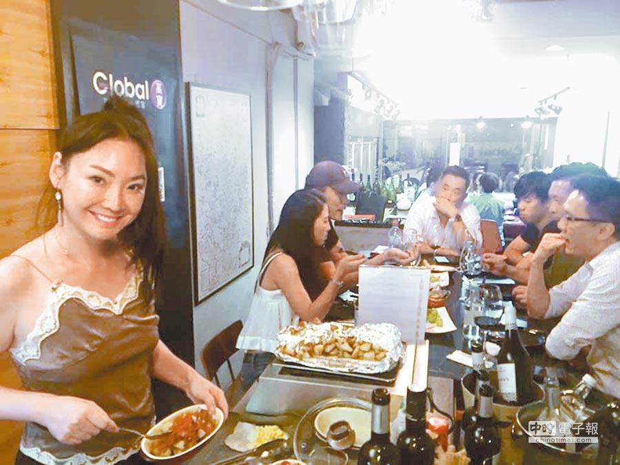 王俐人(左)投資酒窖副業經營,日前辦品酒會與客人交流。