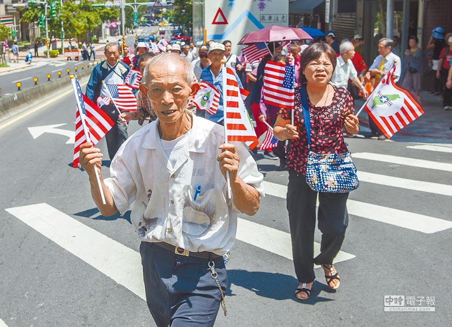 2018年6月12日,主張台獨建國民眾高舉美國國旗慶祝AIT新館落成,並訴求台獨建國主張。(本報系資料照片)