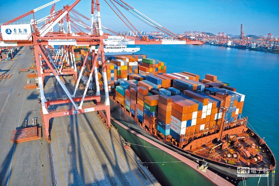 中美貿戰談判樂觀。圖為一艘貨輪停靠在山東青島港外貿貨櫃碼頭。(新華社資料照片)