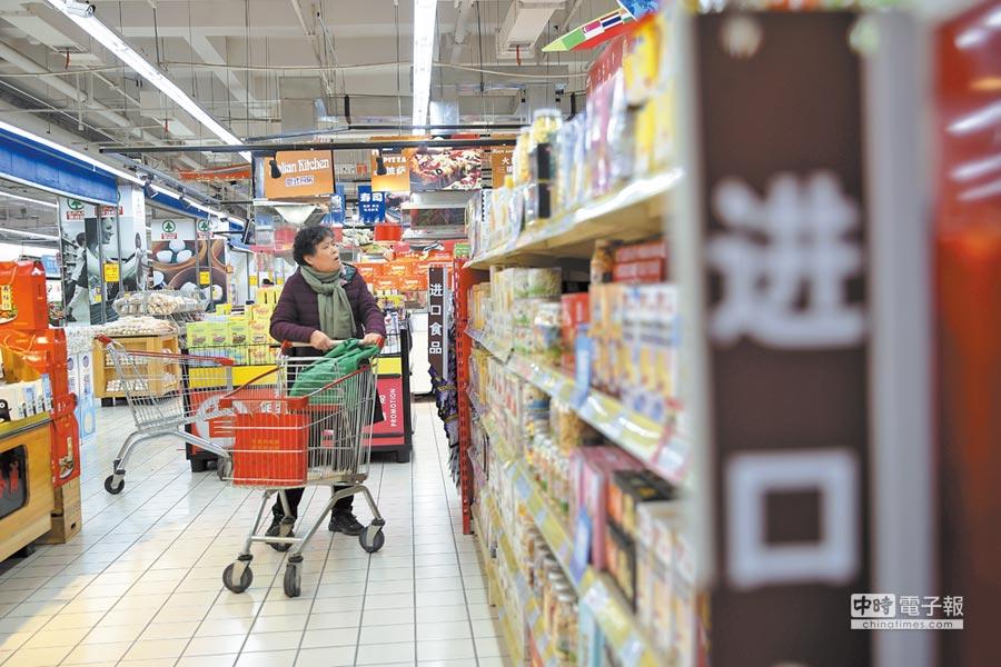 促消費是大陸今年推行重點之一。圖為山西太原市民在超市挑選進口商品。(中新社資料照片)
