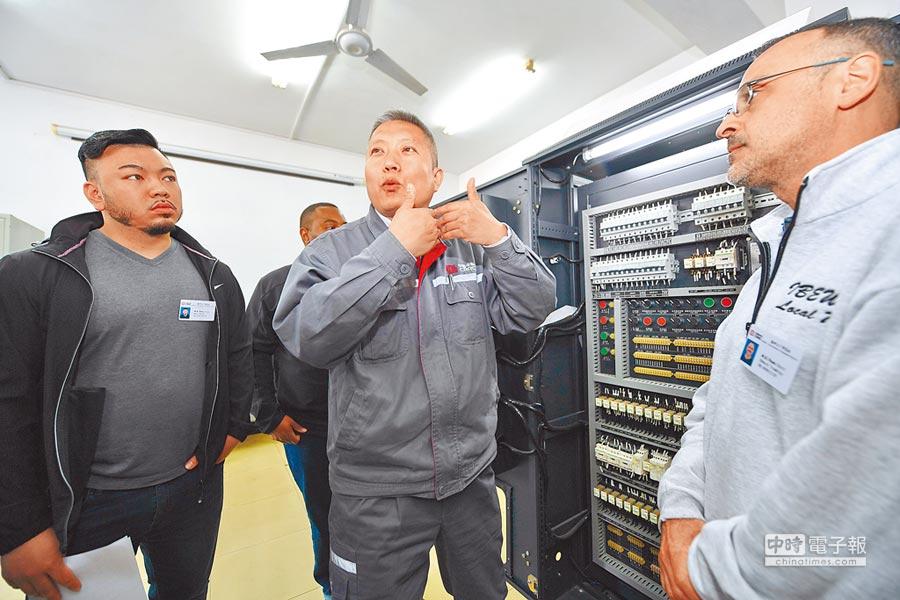 陸外匯局開放上市公司外籍員工參與股權激勵。圖為中車長客股份公司訓練外籍員工。(新華社資料照片)