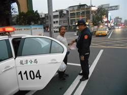 男子沒錢返鄉蹲坐站牌求助警方