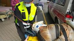 影》驚悚! 鋼筋刺穿頭部 打樁工人摔落重傷送醫搶救