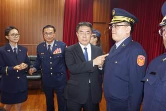 黃偉哲頒獎給31名績優陞職警員 肯定維護治安努力