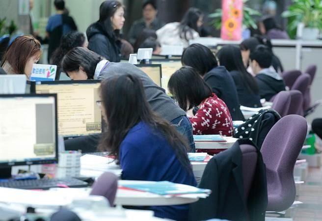 中國大陸擬推小長假政策,從周五下午開始休假,但加班文化盛行,外界質疑能否真正落實。(資料照/方濬哲攝)