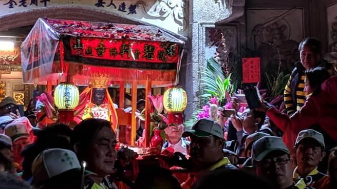台南東山迎佛祖回駕廟會14日凌晨從白河區火山碧雲寺正式起駕,數千名信徒沿途護駕。(李其樺翻攝)