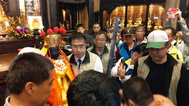 台南市長黃偉哲(中)昨天凌晨親自到場,主持東山迎佛祖回駕典禮。(李其樺翻攝)
