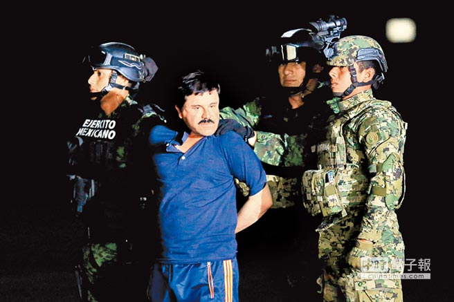 墨西哥大毒梟古茲曼2016年1月間在士兵押解下,於墨國首都墨西哥市面對新聞媒體。(路透)