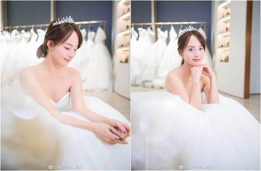 張嘉倪穿白紗照曝光,優雅又不失性感。(圖/取材自妻子的浪漫旅行微博)