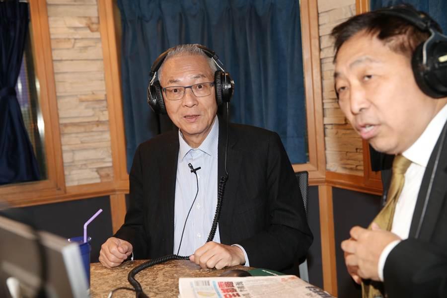國民黨主席吳敦義接受電台節目飛碟早餐主持人唐湘龍的專訪。(姚志平攝)