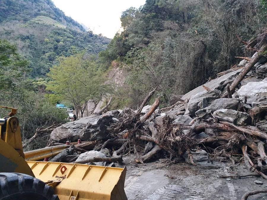 台8線148公里處華綠溪路段,今早發生坍方中斷雙向交通,預計中午搶通。(張祈翻攝)