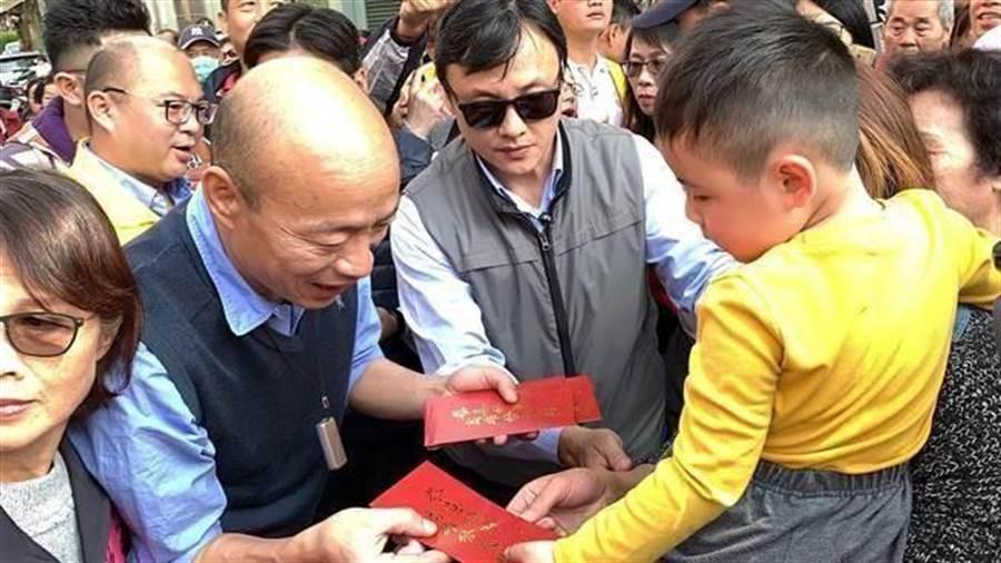 韓國瑜市長紅包超受歡迎,韓粉不辭勞苦排隊領紅包。(圖/中時資料照)